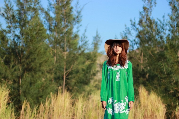 pantone-color-2017-greenery-siren-embroidered-peasant-dress-boho-fashion-blog-12